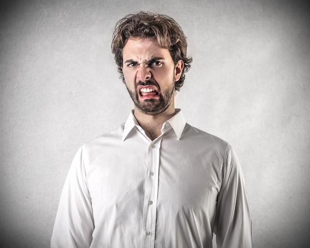 Expressão enojada de um homem