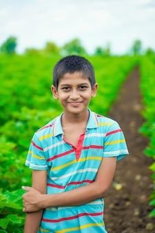 Expressão facial de menino indiano fofo