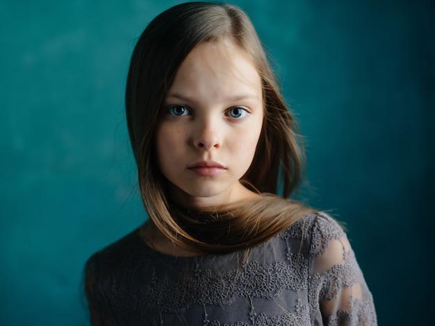 Expressão facial triste linda garota close-up do estúdio. foto de alta qualidade