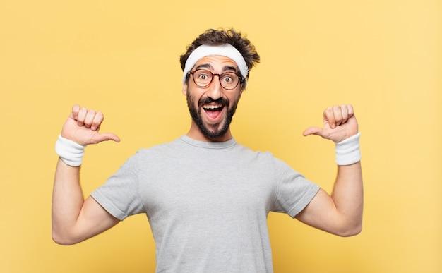 Expressão feliz de jovem atleta barbudo maluco