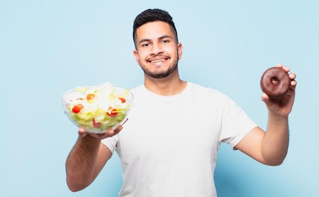 Expressão feliz de jovem hispânico. conceito de dieta