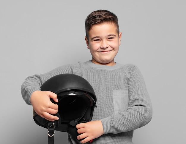 Expressão feliz de menino pequeno. conceito de capacete de motocicleta