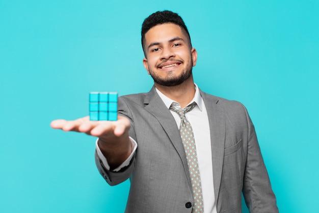 Expressão feliz do empresário hispânico com um desafio de jogo de inteligência