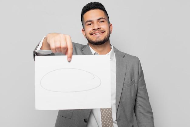 Expressão feliz do empresário hispânico e segurando uma folha de papel