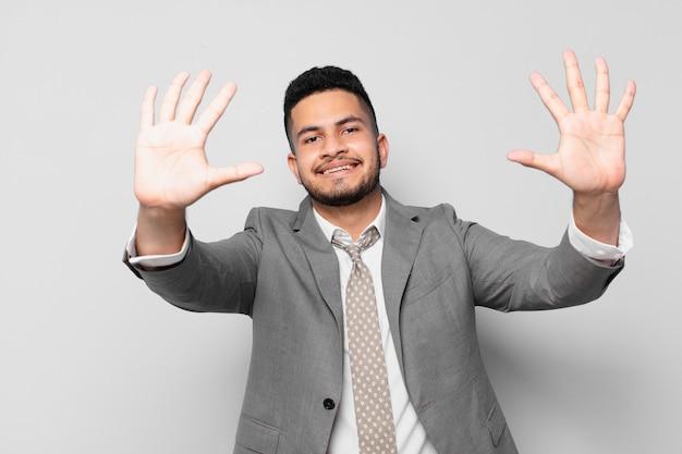 Expressão feliz do empresário hispânico