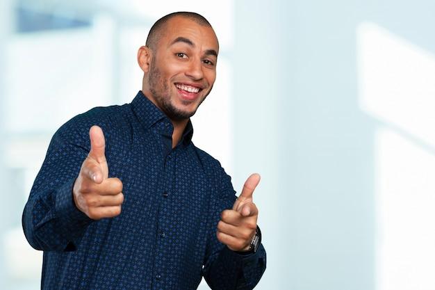 Expressão feliz do empresário negro