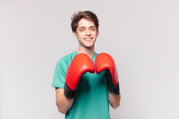 Expressão feliz do homem jovem adolescente. conceito de boxe