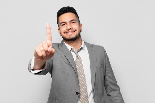 Expressão feliz empresário hispânico