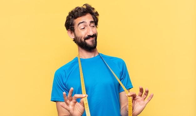 Expressão feliz jovem atleta barbudo louco e conceito de dieta