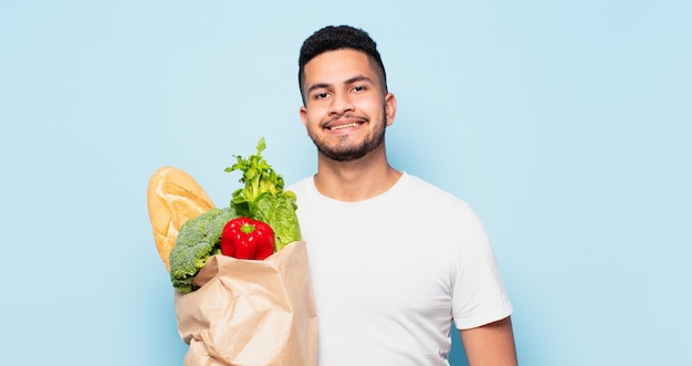 Expressão feliz jovem hispânico. conceito de compras de vegetais