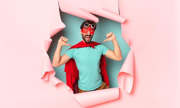 Expressão orgulhosa do homem super-herói louco