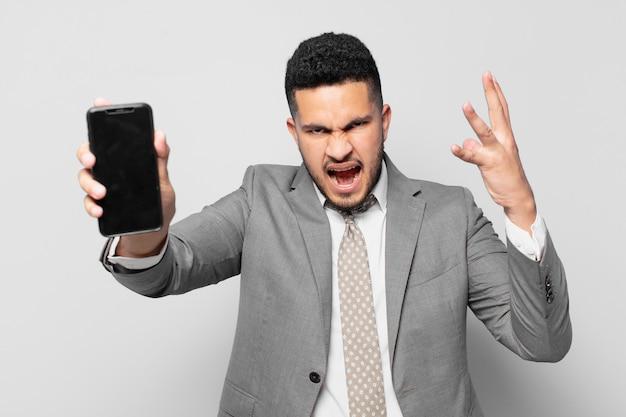 Expressão pensativa do empresário hispânico e segurando um telefone