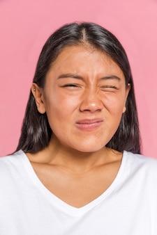 Expressão rosto feminino mostrando desgosto