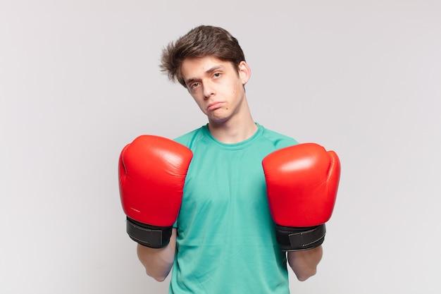 Expressão triste de jovem adolescente, conceito de boxe