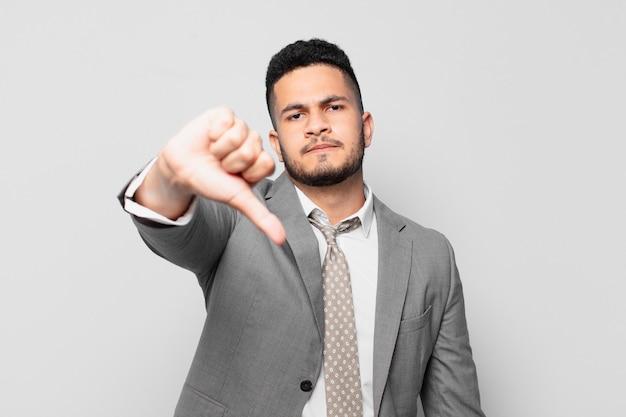 Expressão zangada de empresário hispânico
