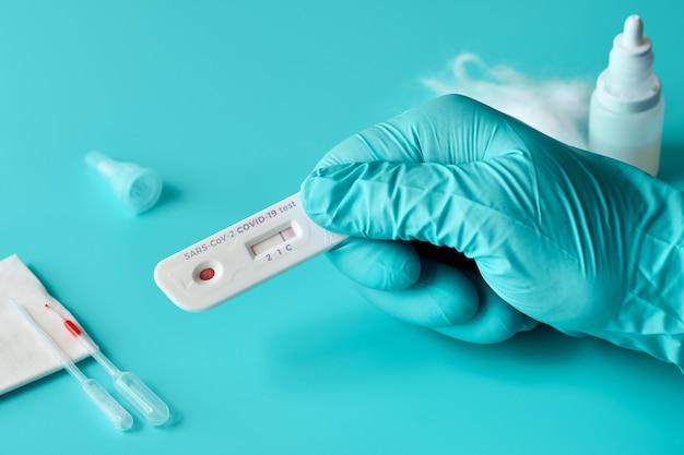 Expresse o teste covid-19 para anticorpos igm e igg para o novo coronavírus sars-cov-2, covid-19. mão de enfermeira ou medtech na luva