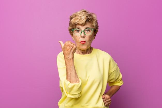 Expressiva linda idosa