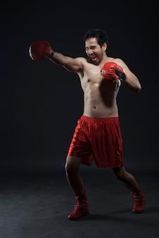 Expressões de boxer masculino asiático com luvas