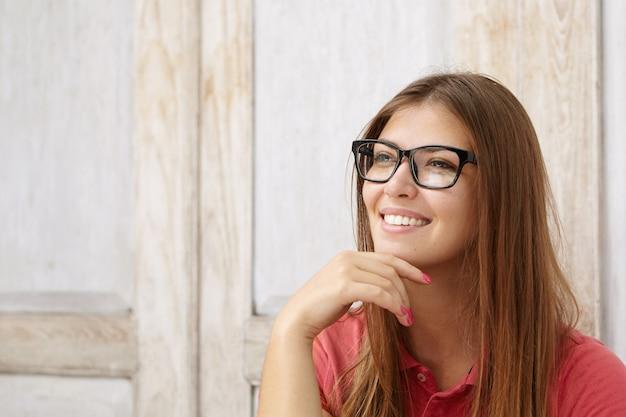 Expressões e emoções do rosto humano. aluna atraente com o cabelo comprido solto