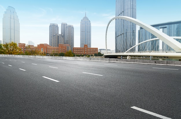 Expressway e arquitetura urbana moderna em tianjin, china