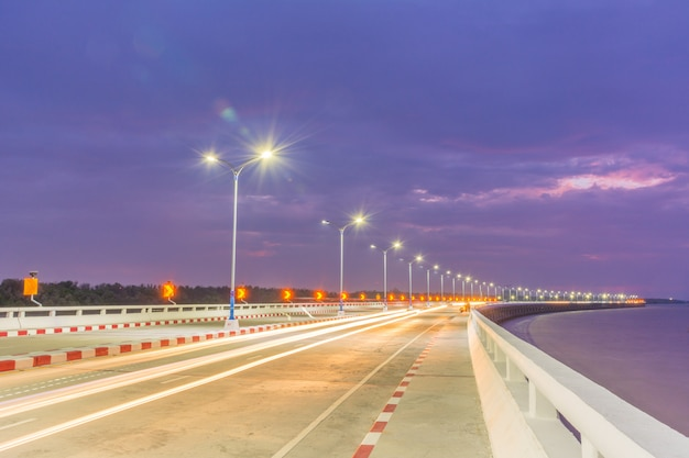 Expressway no tiro da noite.