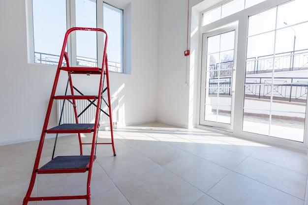 Extensão de escritório que utiliza tijolos como parede, construção, beneficiação. interior de pequena sala com janela e renovação, ampliação, revisão e reconstrução das paredes de tijolos.