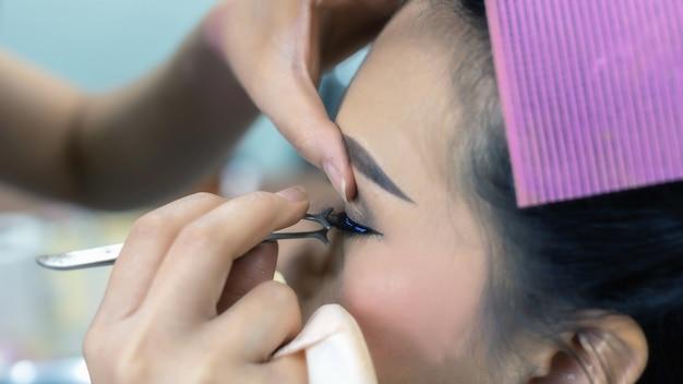 Extensão dos cílios; close-up, de, modelo feminino, rosto, com, longo, falso, cílios