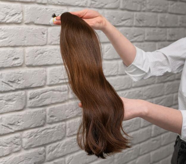 Extensões de cabelo estilizadas em salão de beleza Foto gratuita