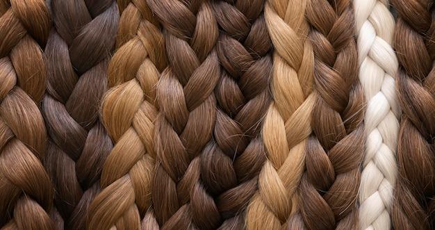Extensões de cabelo estilizadas em salão de beleza