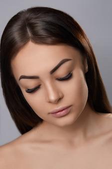 Extensões de cílios, cílios postiços, retrato de garota sexy com cílios longos e falsos e maquiagem perfeita,