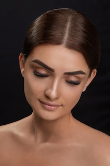 Extensões de cílios. pestanas falsas. closeup da bela jovem modelo feminino com pele macia suave e maquiagem facial profissional. retrato de uma garota sexy com cílios longos falsos e maquiagem perfeita.