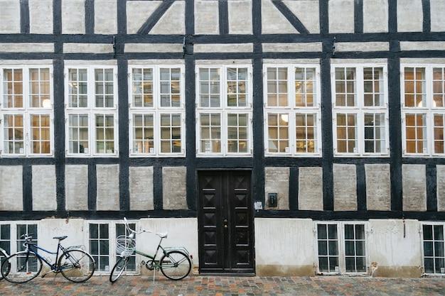 Exterior antigo da casa com calçada pavimentada