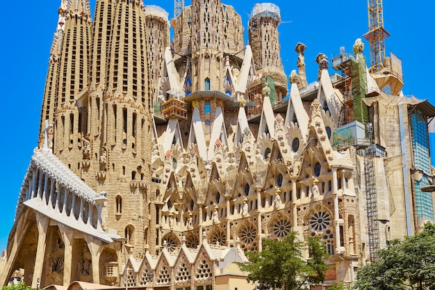Exterior da igreja de sagrada familia por antoni gaudi em barcelona.