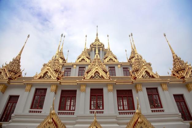 Exterior de arquitetura de templo budista com design dourado e antigo com marco do conceito da tailândia