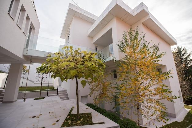 Exterior de casa branca moderna bonita e contemporânea