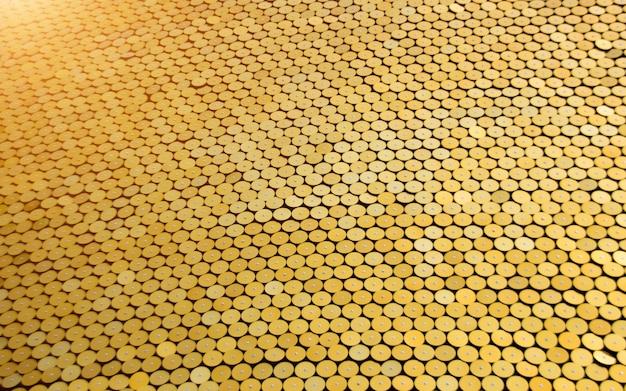Exterior de círculo dourado