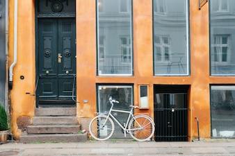 Exterior de construção com bicicleta estacionada
