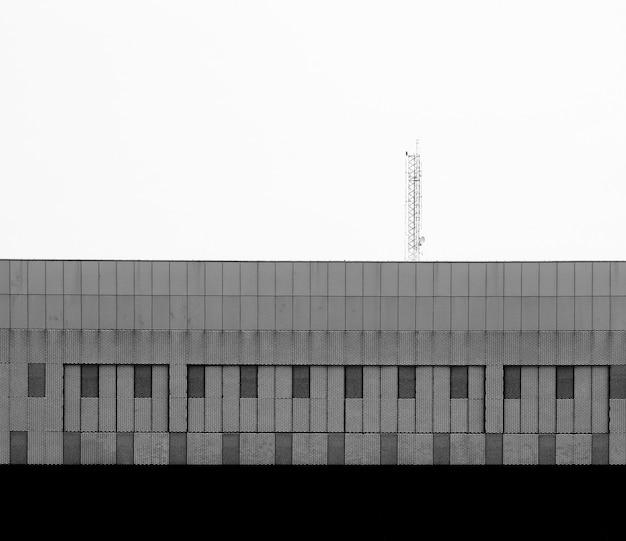 Exterior de grade de aço e toldo na parede do edifício