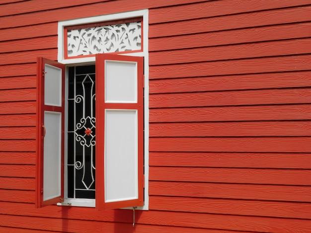 Exterior de madeira vermelho e branco da janela do estilo home tailandês.