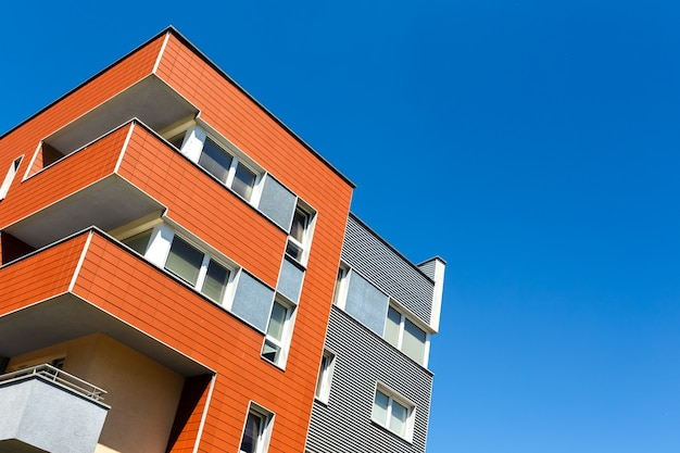 Exterior de um moderno edifício de apartamentos em um céu azul