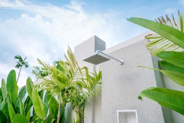 Exterior fora porta chuveiro na casa ou construção de casa com jardim verde