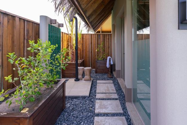 Exterior luxuoso de uma villa de água rica muito cara nas maldivas, decorada com madeira natural.