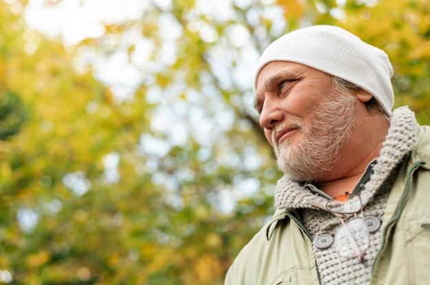 Exterior masculino de baixo ângulo ao ar livre no outono