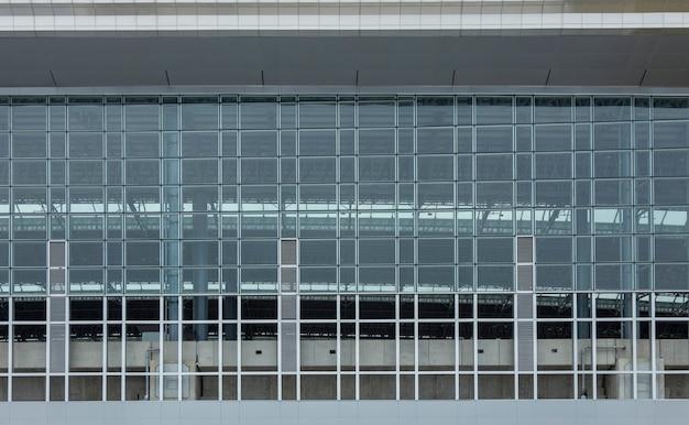 Exterior moderno da arquitetura com fundo de vidro e moldura de ferro
