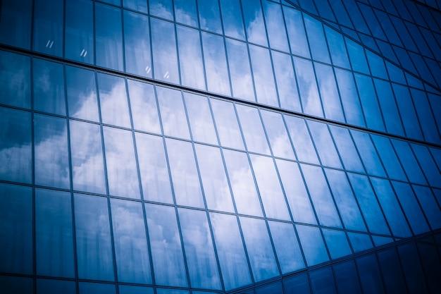 Exterior moderno do edifício, imagem tonificada azul.