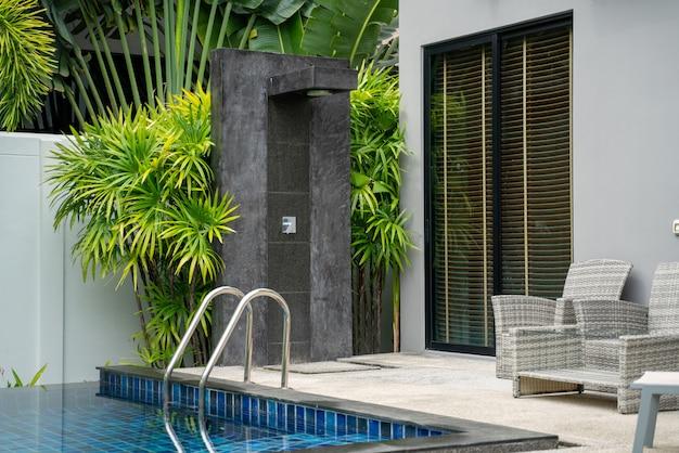Exterior para fora porta chuveiro na casa ou construção de casas com jardim verde