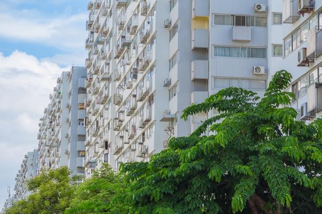 Exteriores de edifícios de apartamentos de baixa classe barato pessoas pobres