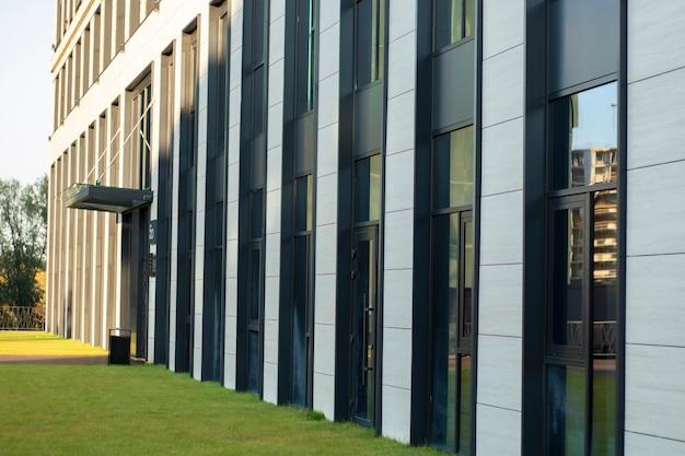 Exteriores de edifícios de escritórios corporativos de alta tecnologia construindo janelas grandes de perfil