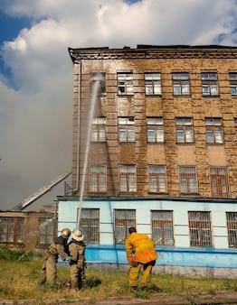 Extinguindo um incêndio em um antigo prédio de três andares