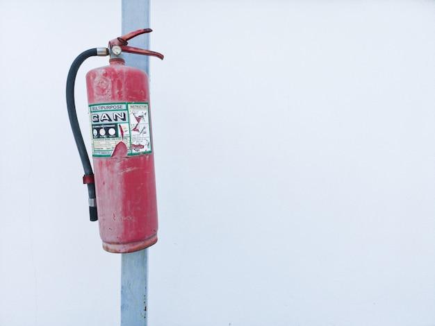 Extintor de incêndio. fundo branco